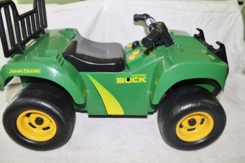 JOHN DEERE SIT & SCOOT ATV